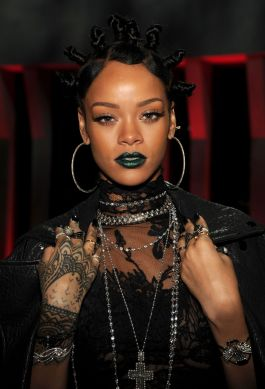 rihanna-green-lipstick-i-heart-radio-awards-main